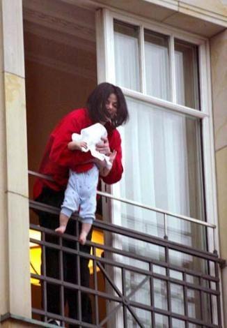 Michael Jackson'ın sıradan bir insan olmadığını bilmeyen yok. Ama 2002'de Berlin'de kaldığı otelin balkonundan minik oğlunu böyle sarkıtması herkesin yüreğini ağzına getirdi.